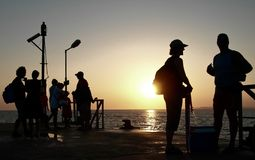 Leute, die geduldig bei Sonnenuntergang warten lizenzfreies stockfoto
