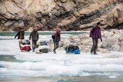 Leute, die gefrorenen Zanskar-Fluss kreuzen Sch?ner Mountain View Chadar-Wanderung Leh Indien asien Februar 2017 stockfotos