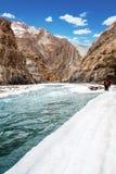 Leute, die gefrorenen Zanskar-Fluss kreuzen Sch?ner Mountain View Chadar-Wanderung Leh Indien asien lizenzfreie stockfotos