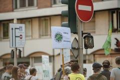 Leute, die gegen Luftverschmutzung protestieren Stockfotografie