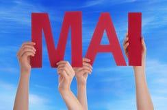 Leute, die gerades Wort Mai Mean May Blue Sky halten Stockbilder