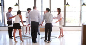 Leute, die an Geschäftstreffen im modernen Bürogroßraum teilnehmen stock video