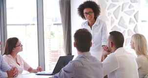 Leute, die an Geschäftstreffen im modernen Bürogroßraum teilnehmen