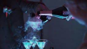 Leute, die Getränke von der Pyramide von Gläsern mit Champagner nehmen stock video