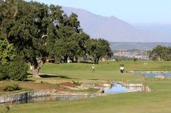 Leute, die Golf in Spanien spielen lizenzfreie stockfotos