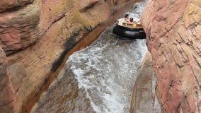 Leute, die Grand Canyon -Stromschnellen im Hafen Aventura reiten. stock footage