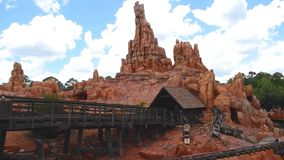 Leute, die gro?e Donner-Gebirgseisenbahn auf Hintergrund des bew?lkten Himmels im magischen K?nigreich bei Walt Disney World 3 ?b stock video