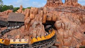 Leute, die gro?e Donner-Gebirgseisenbahn auf Hintergrund des bew?lkten Himmels im magischen K?nigreich bei Walt Disney World 4 ?b stock video