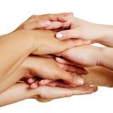 Leute, die Hände als Teamwork-Konzept stapeln Lizenzfreie Stockbilder