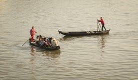 Leute, die hölzerne Boote auf dem Mekong in Sadek, Vietnam rudern stockfotos