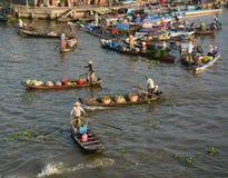 Leute, die hölzerne Boote an sich hin- und herbewegendem Markt in Ben Tre, Vietnam rudern stockfotografie