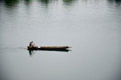 Leute, die hölzernes Boot in Samprasob-Fluss rudern stockfotos