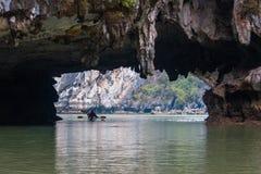 Leute, die in ha lang Kayak fahren lizenzfreie stockfotografie