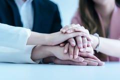 Leute, die Hand für Geschäftsteamerfolg Co zusammenfügen stockbilder