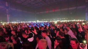 Leute, die Handys mit Lichtern am Konzert halten stock footage