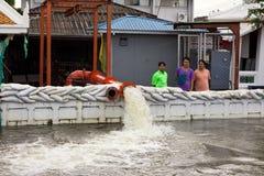 Leute, die helfen, das Wasser zu leeren stockbild
