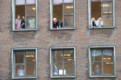 Leute, die heraus mehrfaches Windows schauen Stockfotografie