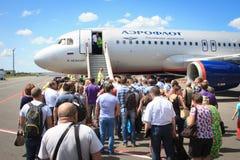 Leute, die herein zum Flugzeug verschalen Stockfotografie