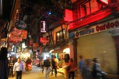 Leute, die herum an Thamel-Bezirk in Kathmandu, Nepal gehen Stockfotos