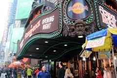 Leute, die hinter Hard Rock Cafe, Times Square, NYC, 2015 gehen Stockfotografie