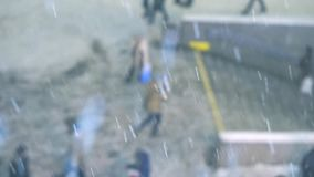 Leute, die hinunter den Bürgersteig im Schnee gehen Die Schneefälle stock video footage