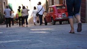 Leute, die hinunter eine Straße in Toskana gehen stock footage