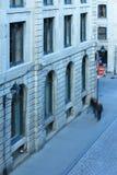 Leute, die hinunter einen Bürgersteig in altem Montreal Kanada gehen Lizenzfreie Stockfotos