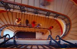 Leute, die hinunter Treppen gehen Stockfoto