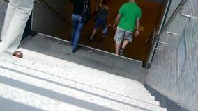 Leute, die hinunter Treppen gehen Lizenzfreie Stockfotos