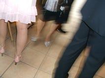 Leute, die am Hochzeitsfest tanzen Lizenzfreie Stockfotografie