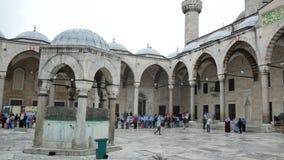 Leute, die am Hof in der Reihenlinie zum Eingang der blauen Moschee stehen stock video