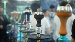 Leute, die Huka w?hlen Rauchender Tabak an der Ausstellung Shisha-Sch?ssel stock video