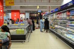 Leute, die an Hyperstar-Supermarkt kaufen Stockbild