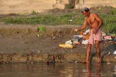 Leute, die ihre Kleidung im Ganges, Varanasi, Indien waschen Lizenzfreie Stockfotos