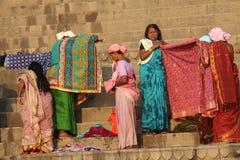 Leute, die ihre Kleidung im Ganges, Varanasi, Indien waschen Stockbild