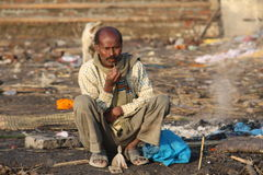 Leute, die ihre Kleidung im Ganges, Varanasi, Indien waschen Stockfoto