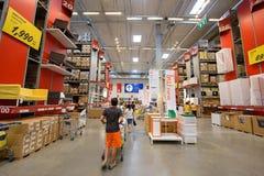 Leute, die an IKEA-Möbelgeschäft kaufen Lizenzfreies Stockbild
