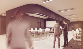 Leute, die im Büro mit dem langen Konferenzsaal, getont arbeiten Stockfotografie