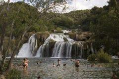 Leute, die im Becken von Krka-Wasserfällen in Kroatien baden Stockbild