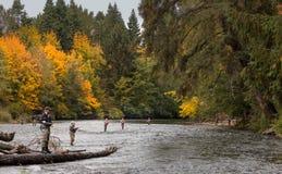 Leute, die im Fluss fischen Stockfotografie