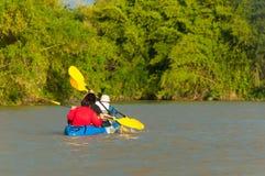 Leute, die im Fluss Kayak fahren stockbilder