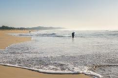 Leute, die im Indischen Ozean, Isimangaliso-Sumpfgebiet, Südafrika fischen Lizenzfreie Stockbilder