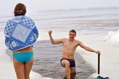 Leute, die im kalten Wasser während der Offenbarung schwimmen Lizenzfreie Stockfotografie