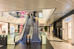 Leute, die im Luxuseinkaufszentrum kaufen Lizenzfreie Stockfotografie