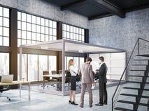 Leute, die im offenen Büro mit AquariumKonferenzzimmer stehen Stockbild