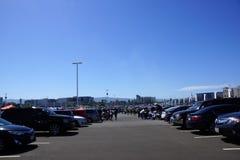 Leute, die im Parkplatz gehen, bbqing und Heckklappen Stockbild