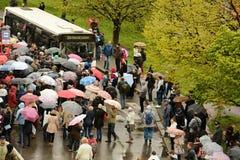 Leute, die im Regen einen Bus warten stockfoto