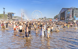 Leute, die im Schlamm während 21. Woodstock-Festivals Polen spielen stockbild