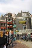Leute, die im Stadtzentrum von Amsterdam, die Niederlande aufwecken lizenzfreies stockbild