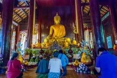 Leute, die im Tempel beten lizenzfreie stockbilder